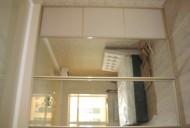 Шкаф встроенный. Двери зеркало серебро и декоративные панели.