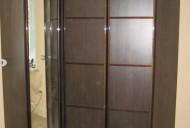 Шкаф с распашными дверями.